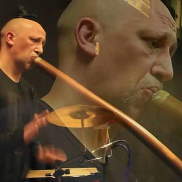 Raphaël jouant du Didgeridoo